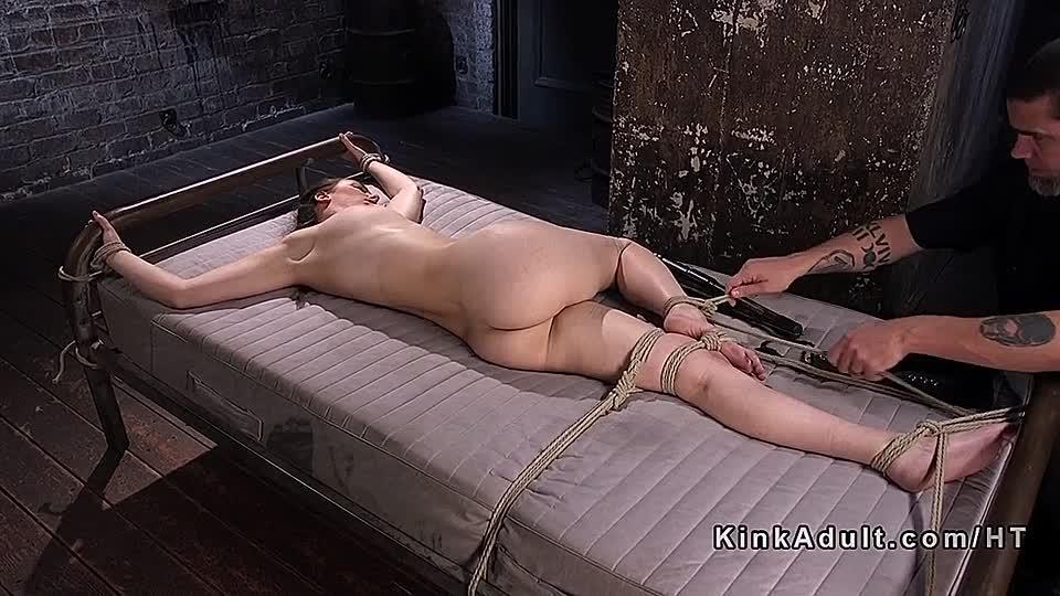 Nackt im folterkeller